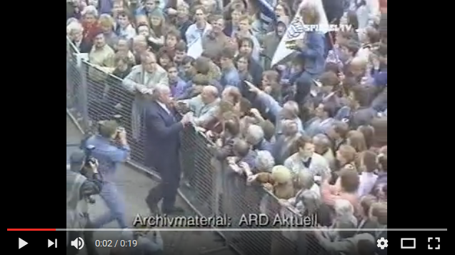 Kohl geht 1991 in Halle auf Demonstranten los, die ihn mit Tomaten und Eiern bewarfen (Screenshot ARD-Video)