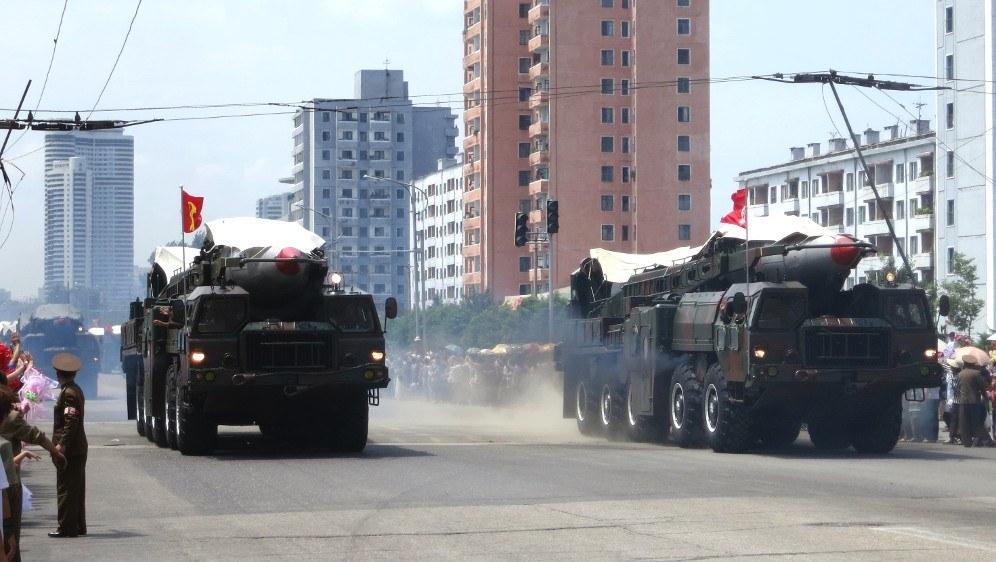 Militärparade mit Raketenträgern in Nordkorea (Foto: Stefan Krasowski)