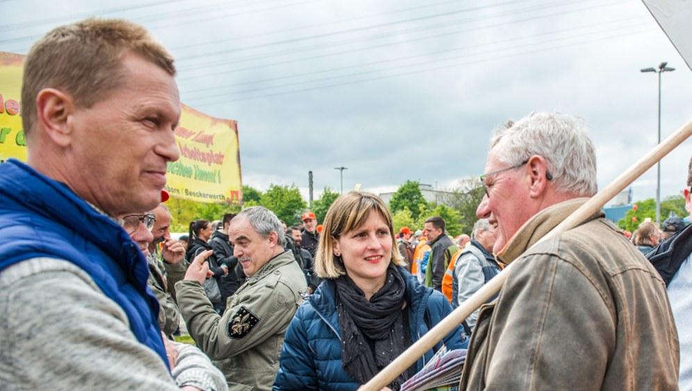 Gabi Fechtner im Gespräch mit Kollegen in Duisburg (rf-foto)