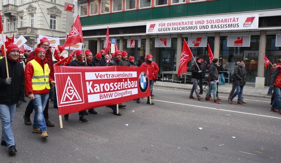 Tarifrundenauftakt in München: Die Belegschaften marschieren unter den Fahnen ihrer Gewerkschaft und der DGB München sagt deutlich, was er von Faschisten hält (rf-foto)