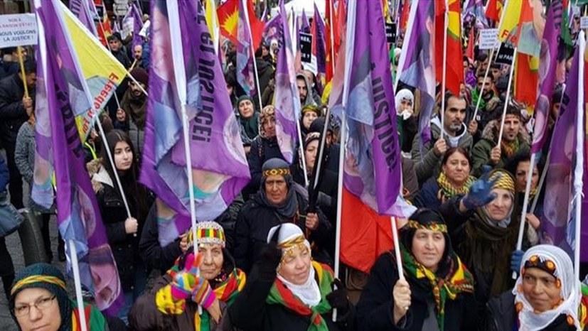 Tausende Menschen fordern Gerechtigkeit für die ermordeten kurdischen Kämpferinnen