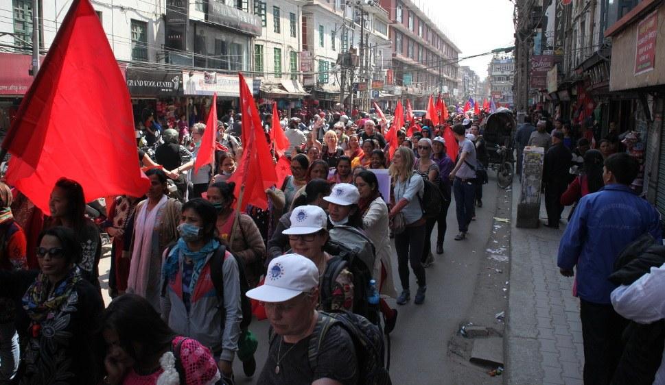 Revolutionärinnen und Revolutionäre sind in Nepal herzlich willkommen: Teilnehmerinnen und Teilnehmer der 2. Weltfrauenkonferenz beteiligten sich 2016 am Weltfrauentag in Kathmandu (rf-foto)