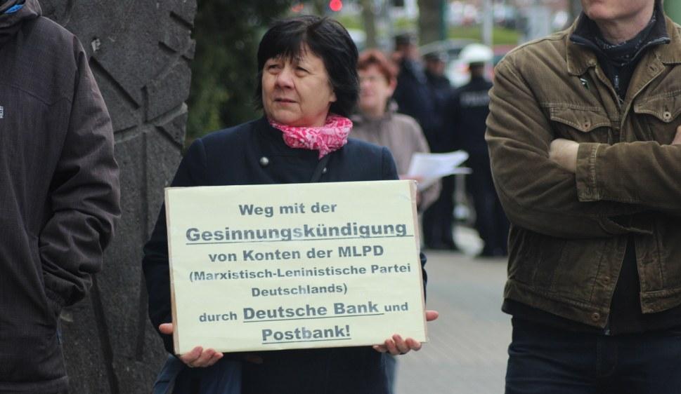 Kundgebungsteilnehmerinnen und -teilnehmer brachten ihre Solidarität mit der MLPD zum Ausdruck (rf-news)