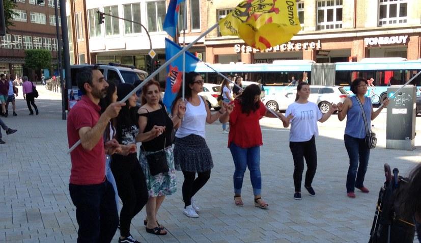 Protest gegen die Verhaftung von Turgut Kaya vor dem griechischen Konsulat