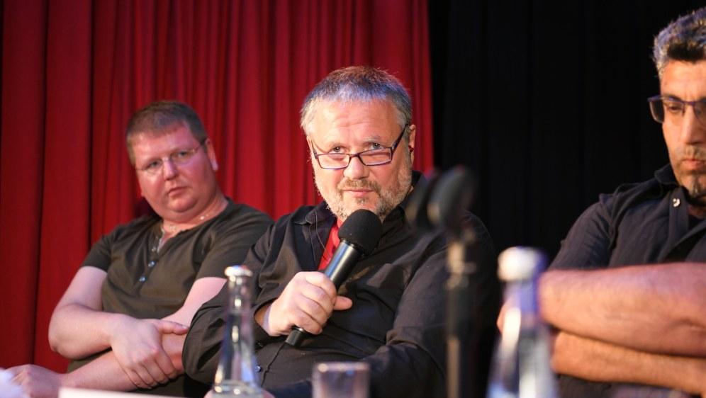 Stefan Engel während der Diskussion - neben Henning von Stoltzenberg (links) und Ufuk Ali (rechts) (Foto: RF)