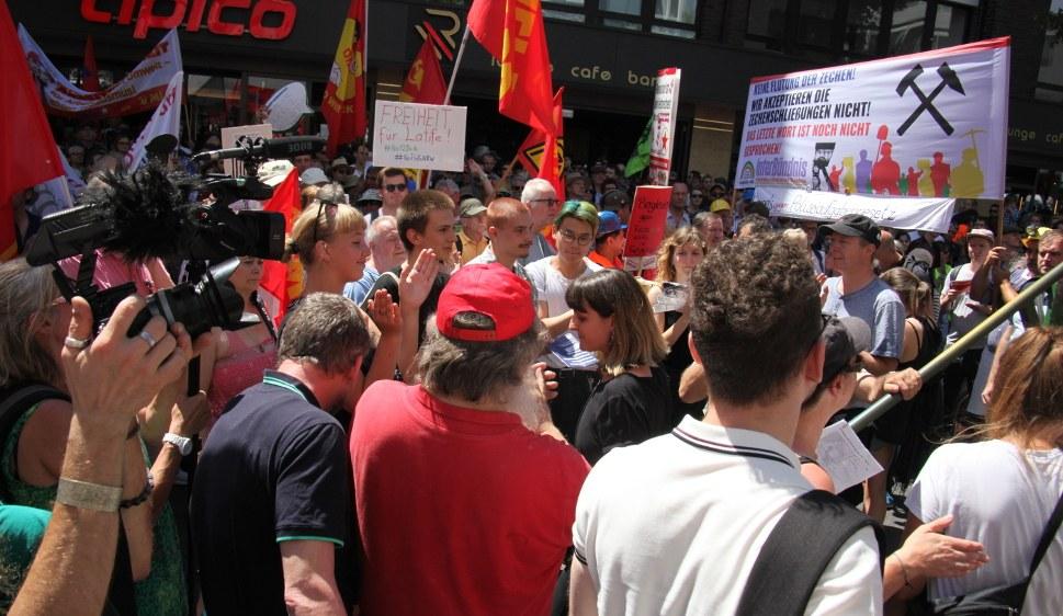 Gabi Fechtner im Gespräch auf der Demonstration (rf-foto)