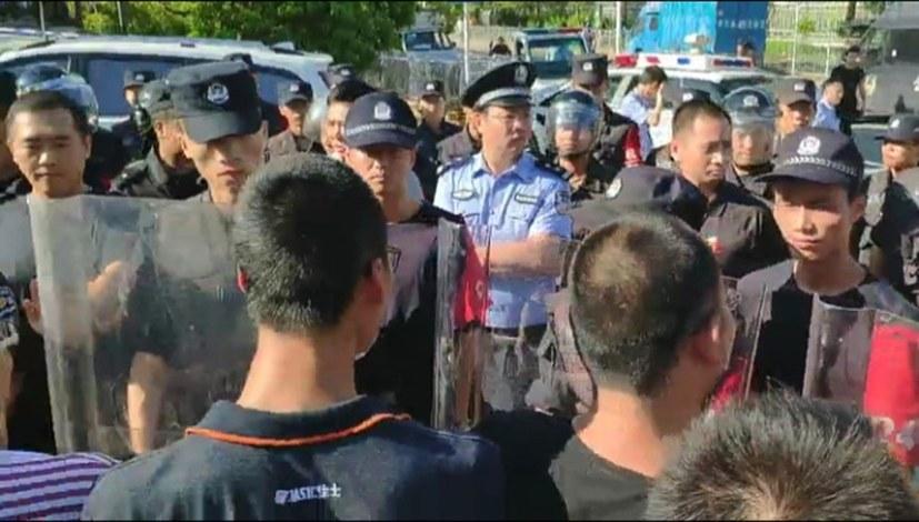 Polizei verschleppt protestierende Arbeiter und Studenten