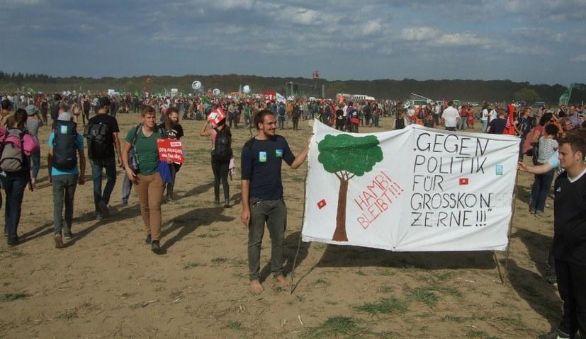 RWE-Arbeiter und Umweltschützer, hier am Hambacher Wald, dürfen sich nicht spalten lassen (rf-foto)