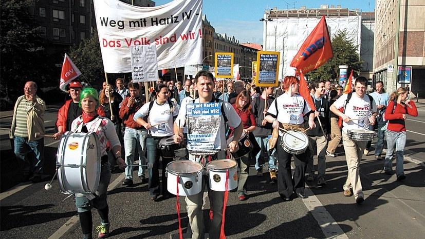 25.000 beim selbständig organisierten Sternmarsch der bundesweiten Montagsdemo-Bewegung am 3. Oktober 2004 in Berlin (rf-foto)