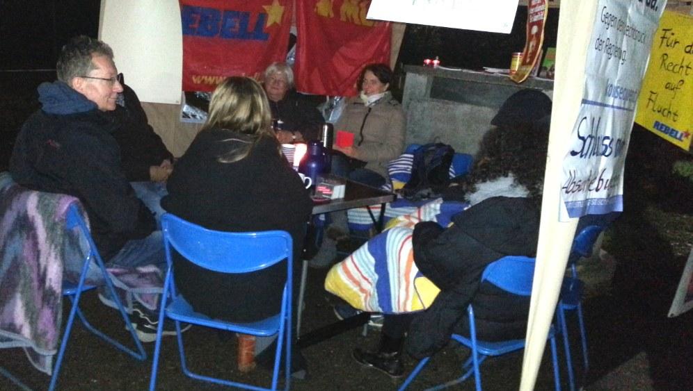 Die frisch eingerichtete Mahnwache für Solution vor der LEA in Ellwangen (rf-foto)
