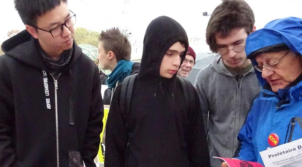 Jugendliche interessieren sich für den Stand der UPML (Foto: UPML)