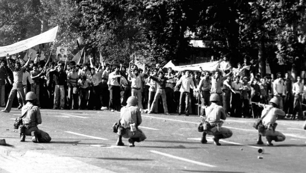 Demonstranten stellen sich 1979 mutig dem Militär des Schah entgegen (Foto: Bilinmiyor)
