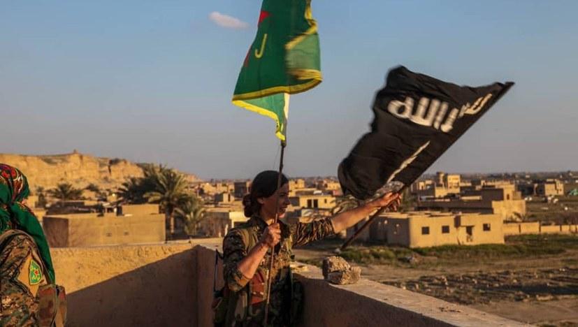 YPJ hissen Fahne in al-Bagouz