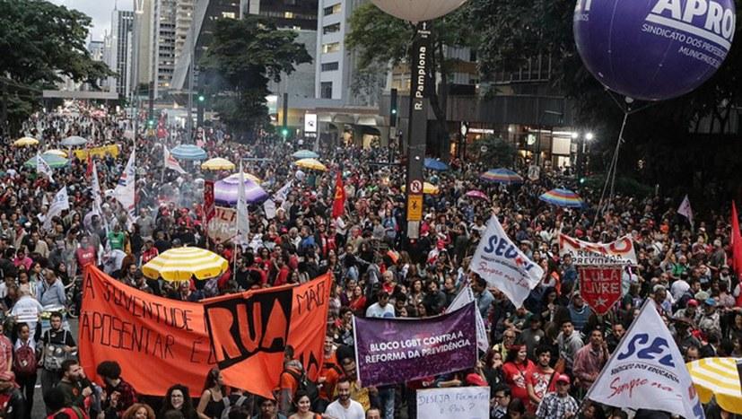 """Massendemonstrationen gegen Renten""""reform"""""""