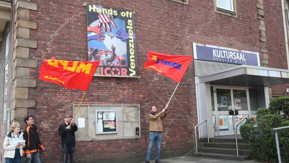Feierliches Transparenthissen an der Horster Mitte in Gelsenkirchen (rf-foto)