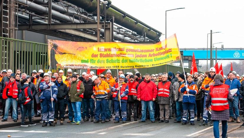 """Stahlarbeiter sind kampfbereit: """"Nicht auf unserem Rücken"""""""
