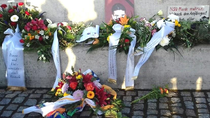 Blumen und Kränze am Mahnmal für Mehmet Turgut